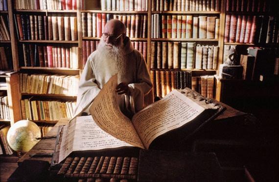 Старец читает огромную книгу