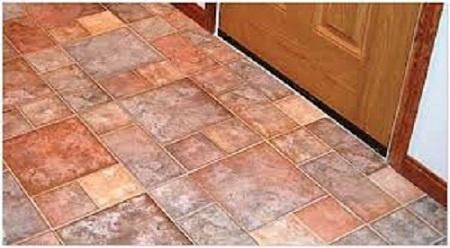 Маленькая керамическая плитка на полу