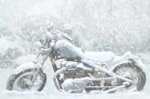 Мотоцикл зимой в снегу