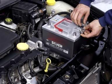 автомобильный аккумулятор в капоте