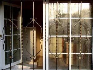 решетка на окне квартиры на первом этаже