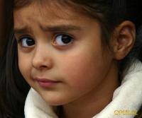 Маленькая девочка - эмоция недоверия