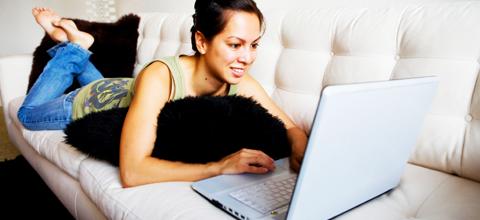 Девушка на диване с компьютером