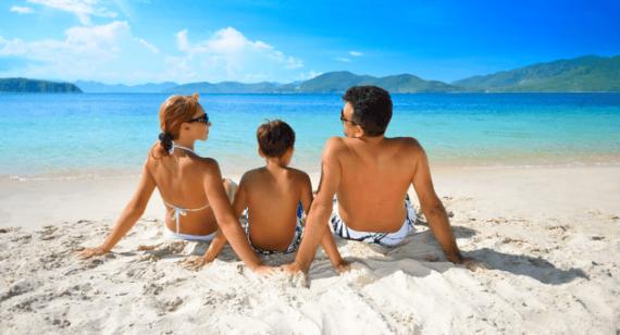 Семья загорает на солнце