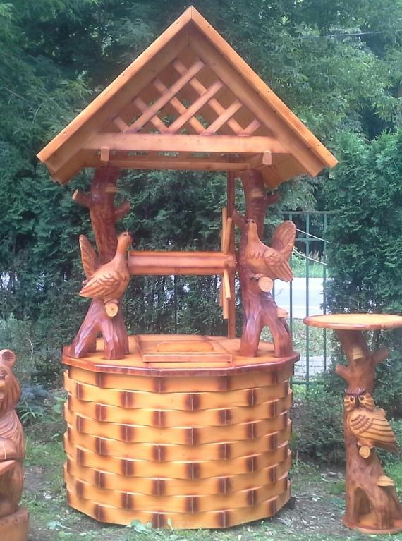 Глухари из дерева на колодце