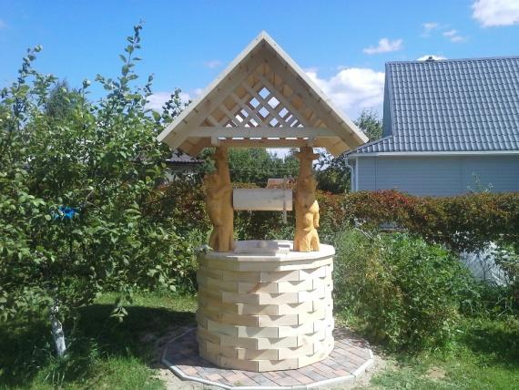 Готовый домик для колодцев - медведь на колодце