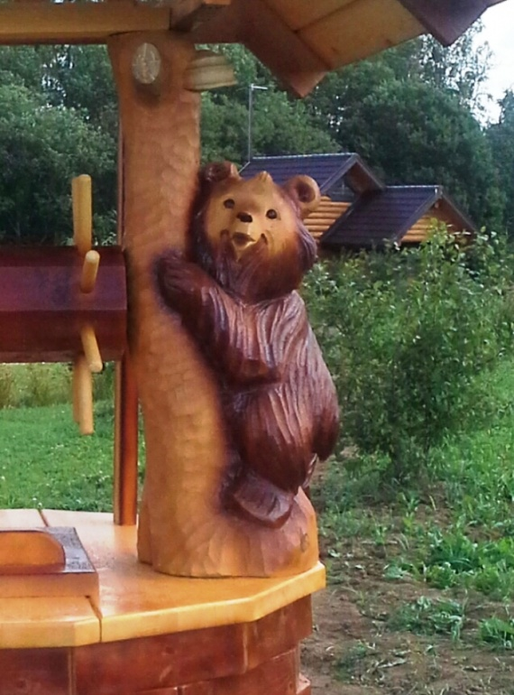 Медведь из дерева для колодца
