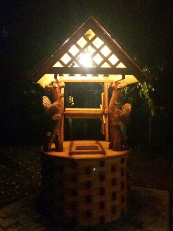 Домик для колодца ночью на фото